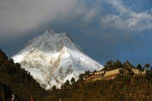 Blick zum Manaslu (8163 m) mit Kloster Ribung