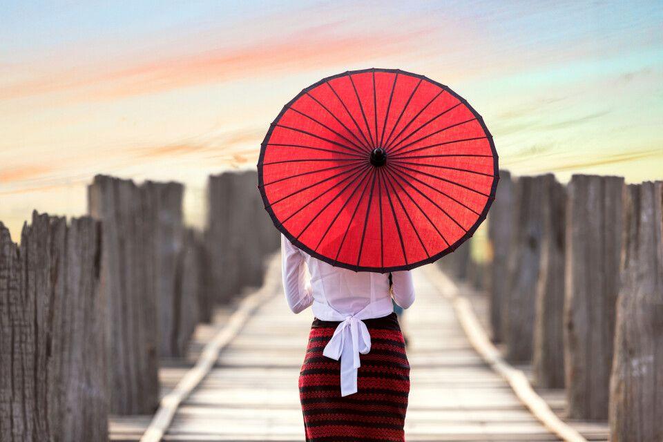 U-Bein-Brücke in Amarapura, junge Frau mit rotem Schirm