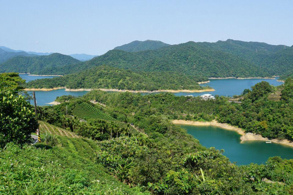 Etwa eine Stunde von Taipeh entfernt befindet sich der See der tausend Inseln mit anliegenden Teeplantagen. Nach dem Nebel in Alishan ließ die Sonne das Grün des Tees und die blauen Seen noch intensiver strahlen!