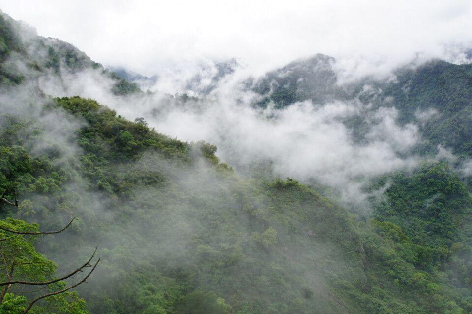 Auf dem Weg zur Payun Hütte auf dem Jadeberg spielte die Landschaft in den Wolken mit uns Verstecken.