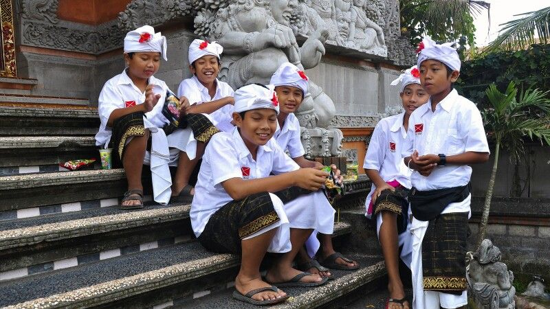 Kinder am Tempel in Ubud auf Bali © Diamir