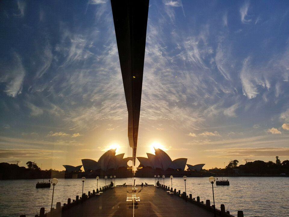 Geheimtipp Fotomotiv Opernhaus. Direkt an der Fassade des HYATT-Hotels Harbour bietet sich früh morgens zum Sonnenaufgang diese Szene