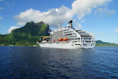 Die Aranui 5 in der Lagune von Bora Bora.