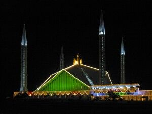 Die Faisalmoschee in Islamabad des Abends beleuchtet.